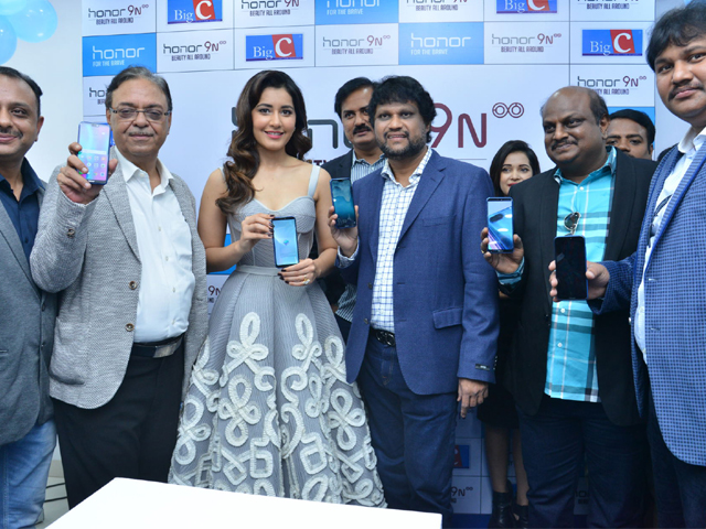 Raashi Khanna Launches Honor 9N Mobile