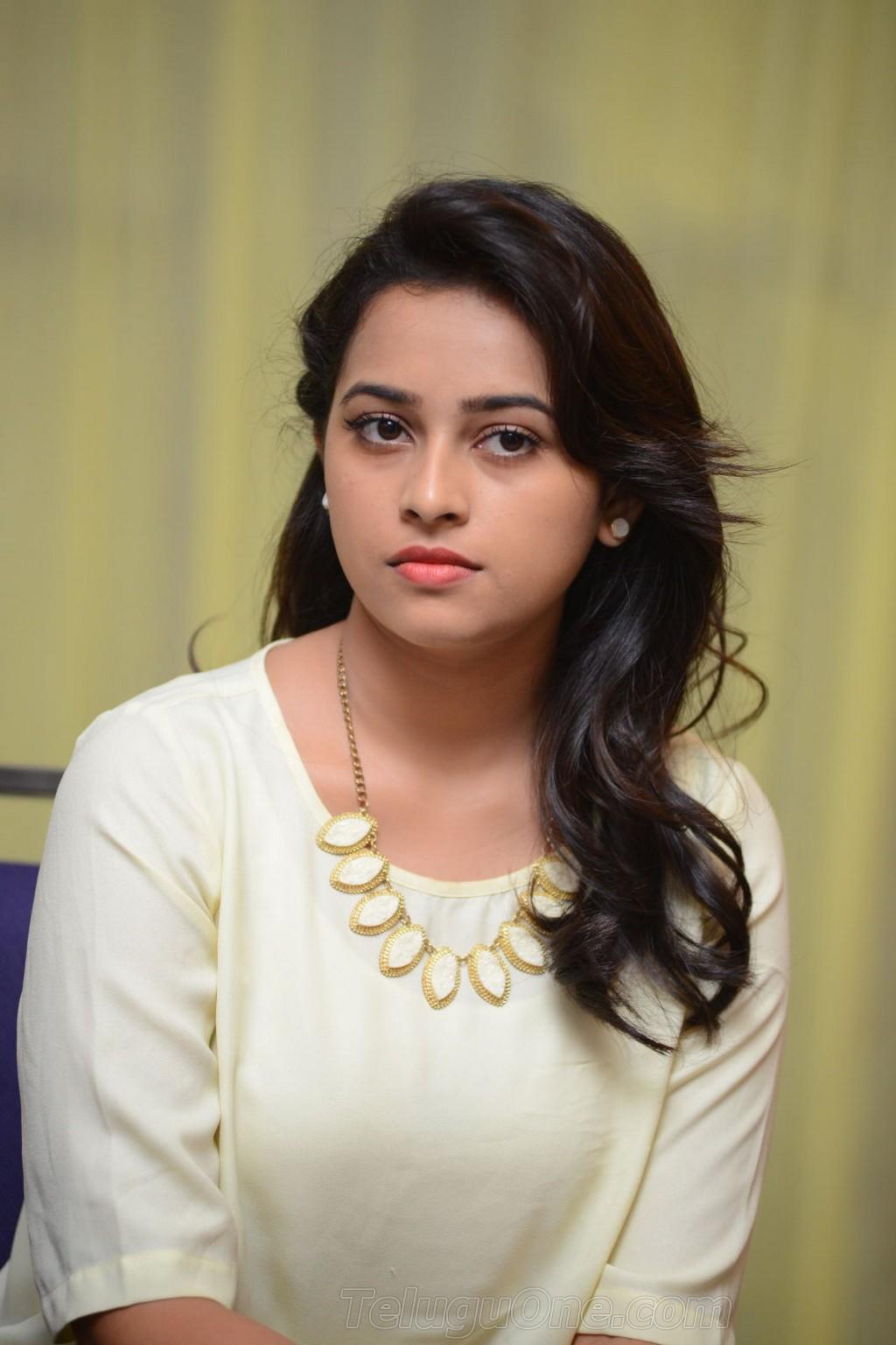 NUDE DESi: DESI TEEN ADE GIRL NUDE PICS - Blogger Tamil singer divya photos