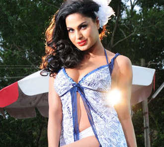 Veena Malik Hot Stills From Red Mirchi