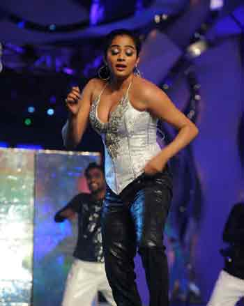 Priyamani full enjoy!, Priyamani Dancing, Priyamani Dancing on December 31,Priyamani Dancing on December 31 Night,  Priyamani New Year occasion, Priyamani Night Show