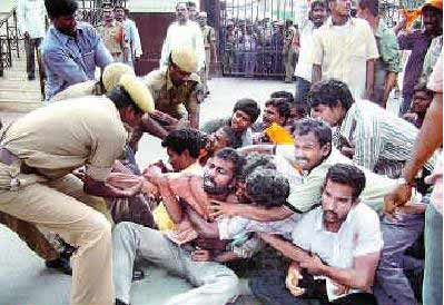 abvp students protest, enforcement of RTE act, abvp students lay siege to ministers quarters, abvp students protest 23 july 2012, government failure to enforce rte act, rte act enforcement in ap, students demand ministers resignation